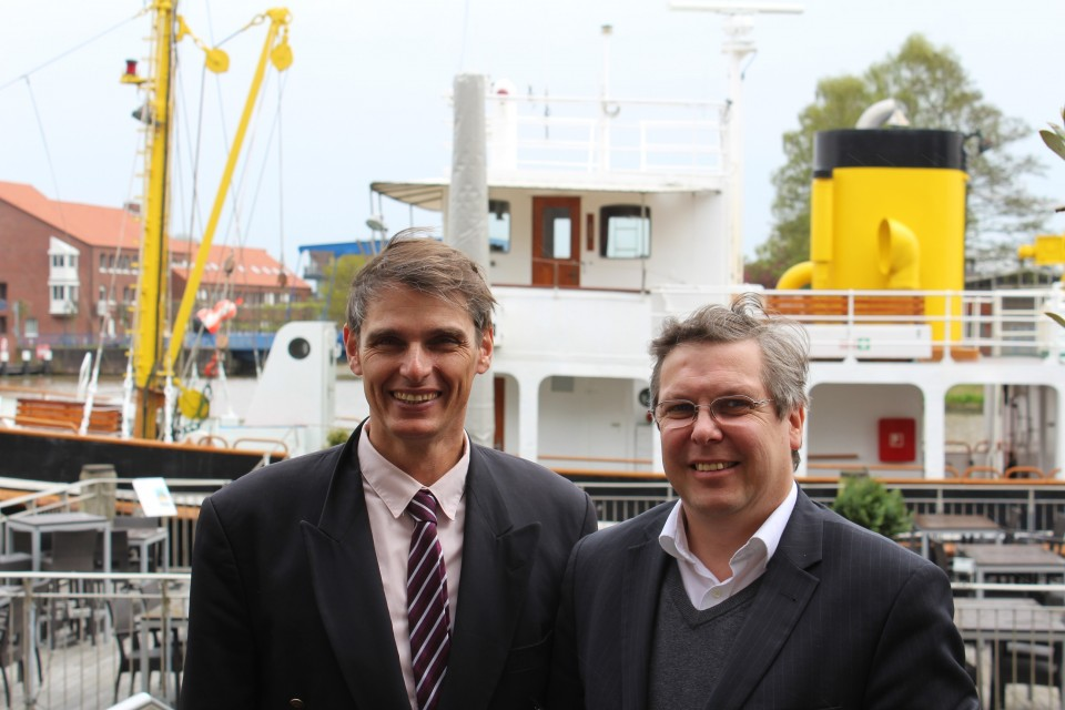CDU-Bezirksvorsitzender Reinhard Hegewald (rechts) heißt Dr. Stefan Gehrold als Leiter des Hermann-Ehlers Bildungsforums der Konrad-Adenauer-Stiftung aus Oldenburg in Emden willkommen (CDU/rj)