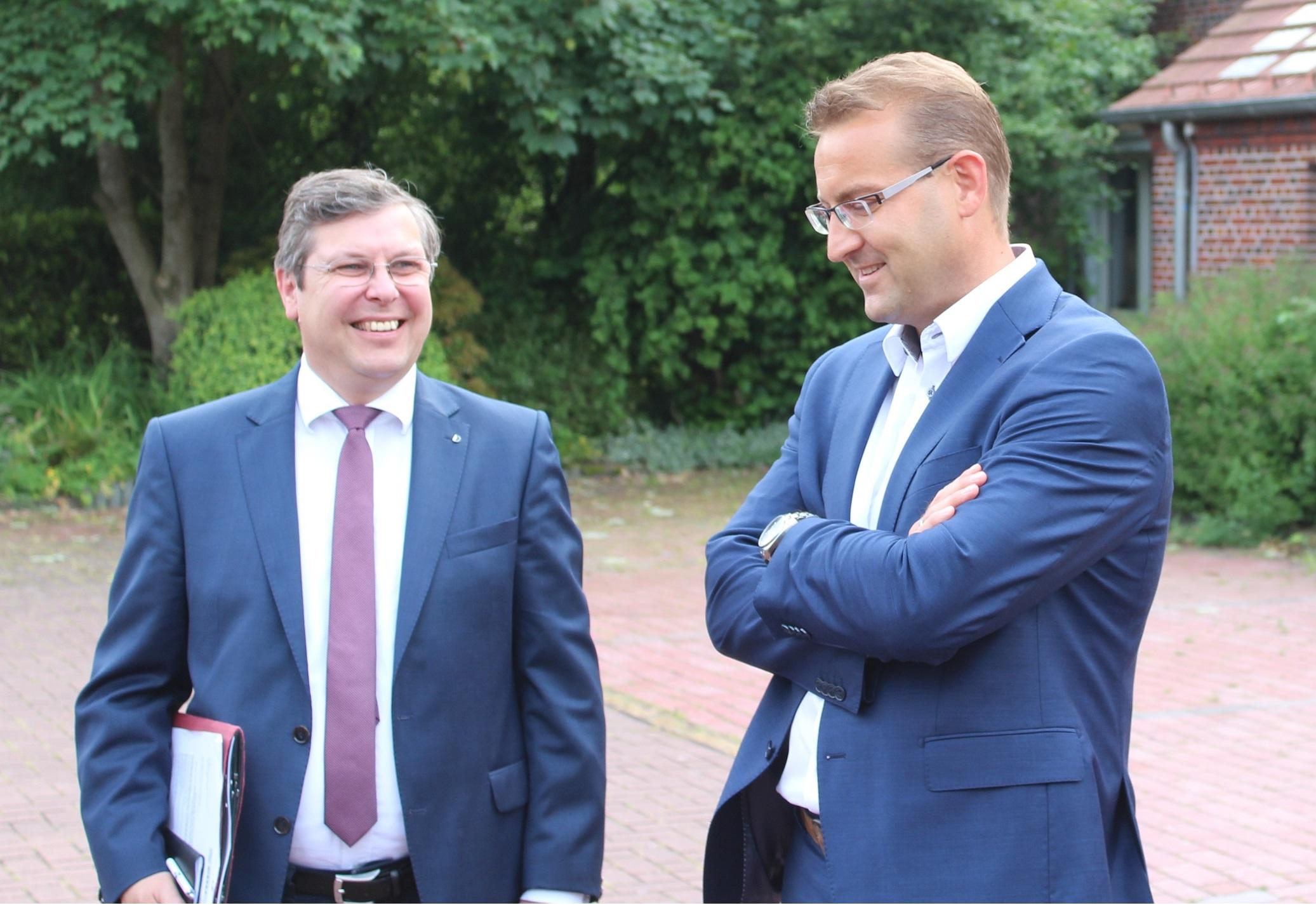 Sven Behrens (rechts) kandidiert am 3.11. in Wittmund für die Nachfolge von Reinhard Hegewald als CDU-Bezirksvorsitzender (Archivfoto CDU BV/rj